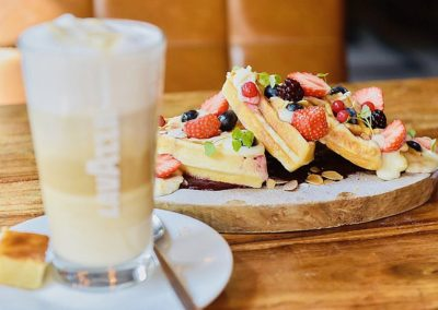 Latte en wafels bij Bar Bistro Brink20 in Laren